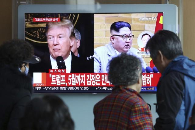 Les bulletins de nouvelles à Séoul, en Corée... (Photo Ahn Young-joon, AP)