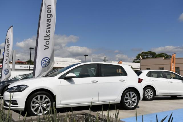Des Volkswagen Golf dans la cour d'une concession... (photo AFP)