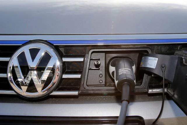 Une e-Golf branchée sur une borne de recharge.... (photo REUTERS)