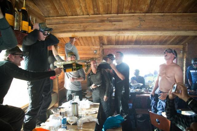 À 15h pile, la fête commence. Un serveur... (Photo Martin Tremblay, La Presse)