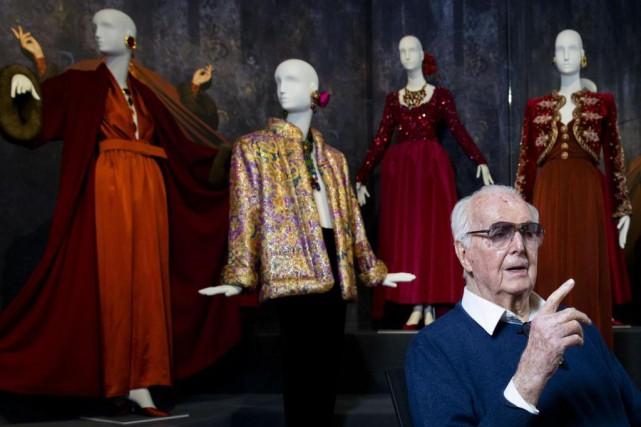 Hubert de Givenchy, lors d'une exposition rétrospective auGemeentemuseum... (Photo Bart Maat, archives Agence France-Presse)