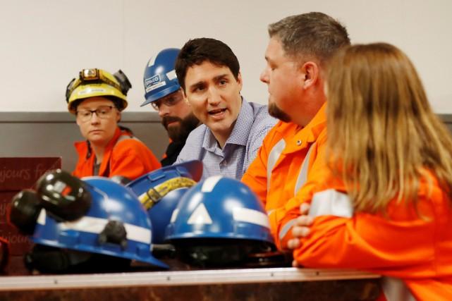Justin Trudeau a rencontré des travailleurs à l'aluminerie... (PHOTO REUTERS)