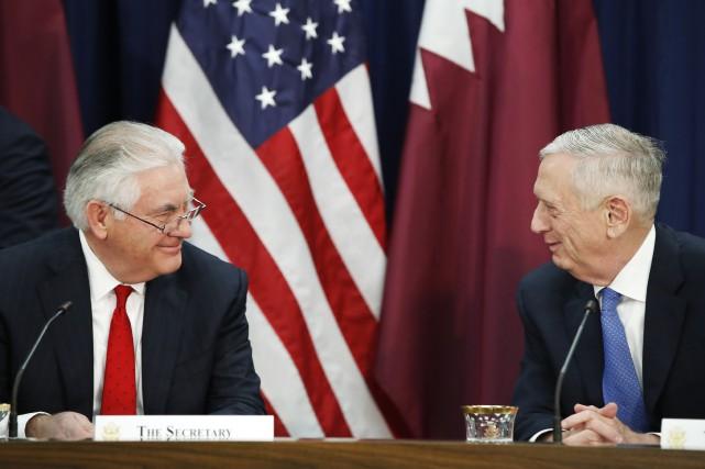 Rex. Tillerson (à gauche) et son équipe, épaulés... (ARCHIVES AP)