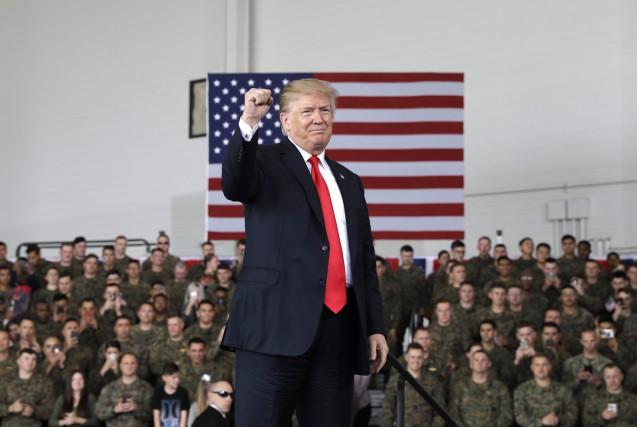 Donald Trump a brièvement visité la base aérienne... (PHOTO AP)