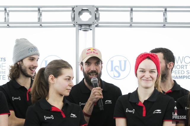 Charles Hamelin (au centre avec le micro) et... (Photo Marco Campanozzi, La Presse)