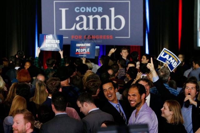 Des partisans du candidat démocrateConor Lamb célébraient sa... (PHOTO REUTERS)