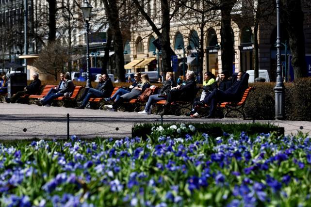 Des gens profitent d'une journée ensoleillée dans le... (PHOTO REUTERS)