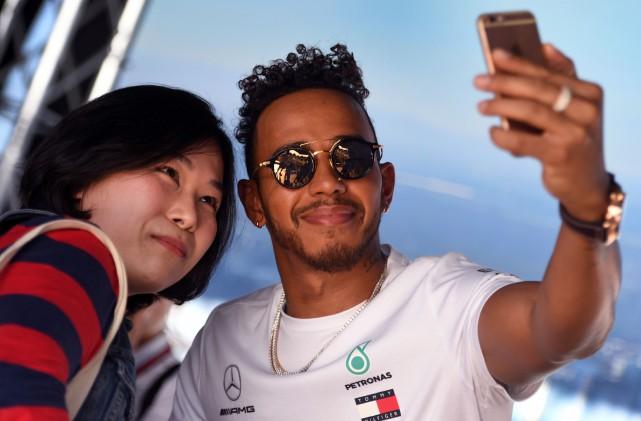 Le roi de la F1, Lewis Hamilton, pose... (Photo AFP)