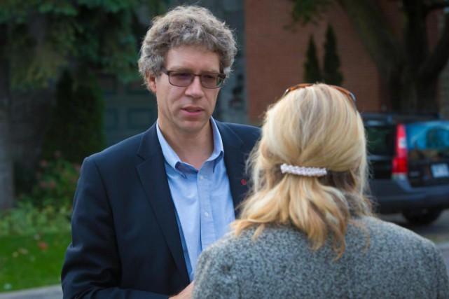Russell Copeman discute avec une électrice lors de... (PHOTO ANDRÉ PICHETTE, ARCHIVES LA PRESSE)