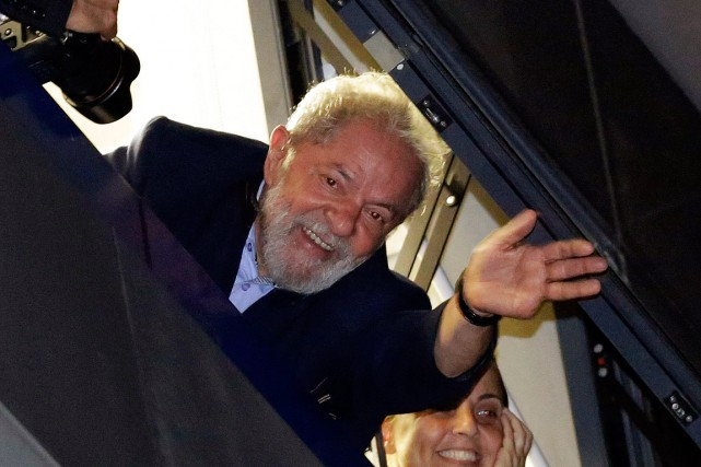 L'ex-président brésilien Luiz Inacio Lula da Silva salue... (PHOTO NELSON ANTOINE, ARCHIVES ASSOCIATED PRESS)