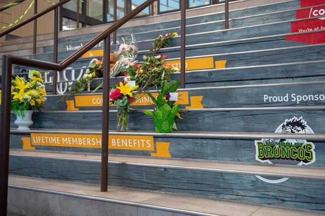 Des gerbes de fleurs ont été déposées à... (PHOTO LIAM RICHARDS, LA PRESSE CANADIENNE)