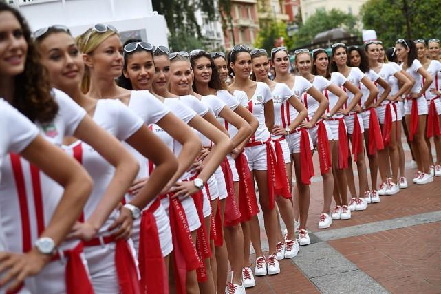 Des hôtesses sont alignées sur la grille de... (PHOTO ANDREJ ISAKOVIC, ARCHIVES AGENCE FRANCE-PRESSE)