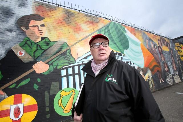 Sur les murs de Belfast-ouest, des graffitis rendent... (Photo AFP)