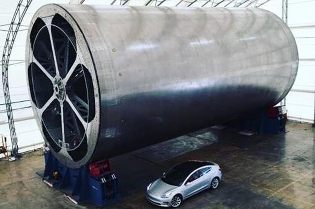 Le moule à fusées SpaceX, photographié à côté...