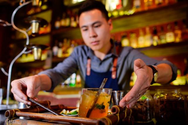 Pham Tien Tiep, jeune barman de Hanoï,a popularisé... (Photo AFP)