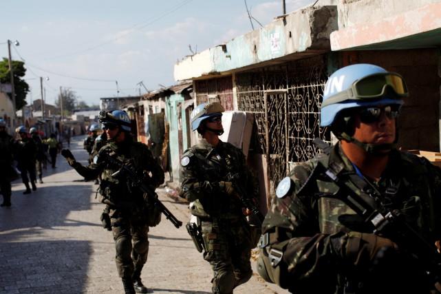 Des policiers de l'ONU patrouillent dans le quartier... (Photo Andres Martinez Casares, archives REUTERS)