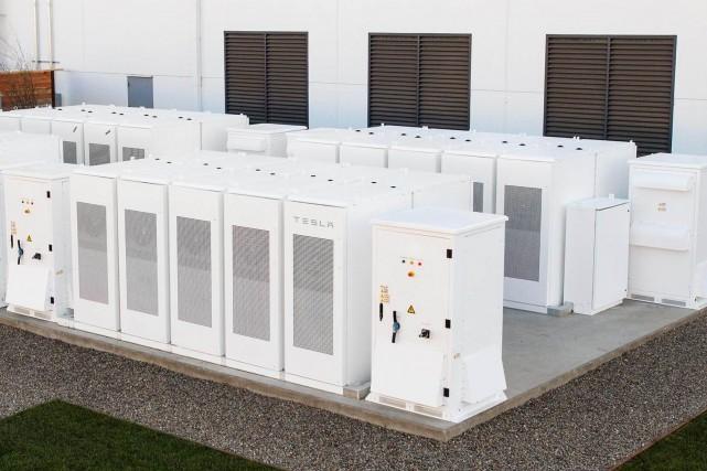 Un ensemble de batteries Tesla Powerpack.... (Photo Tesla Energy)
