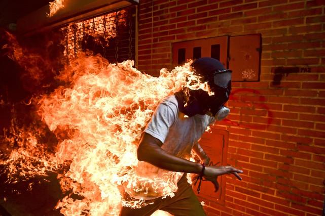 Grâce à cette image symbolique d'un jeune manifestant... (Photo Ronaldo Schemidt, Agence France-Presse)