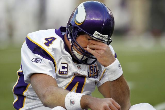 Brett Favre, alors qu'il portait l'uniforme desVikingsdu Minnesota,tente... (ARCHIVES AP)