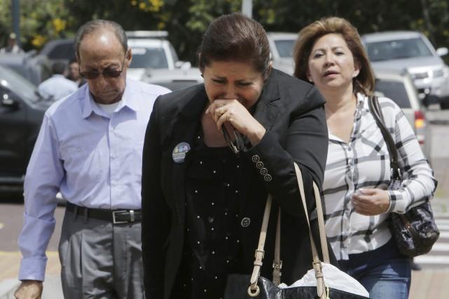 Vendredi, face au palais présidentiel, des dizaines de... (Photo Dolores Ochoa, Associated Press)