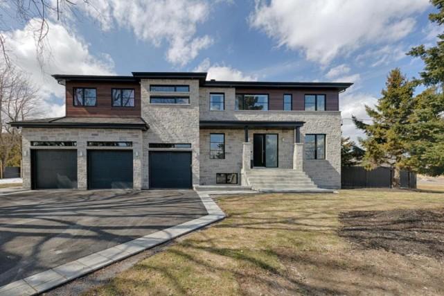 Avec ses trois portes de garage, la façade... (Photo fournie par Centris)