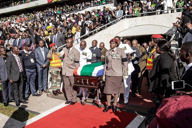 La dépouille de Winnie Mandela a été saluée... (PHOTO GIANLUIGI GUERCIA, AGENCE FRANCE-PRESSE)
