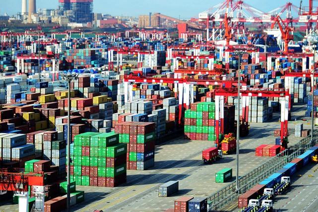 Des conteneurs d'expédition dans le port de Qingdao,... (PHOTO AGENCE FRANCE-PRESSE)