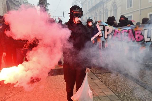 France une manifestation contre le gouvernement d g n re for Interieur ministere tunisie