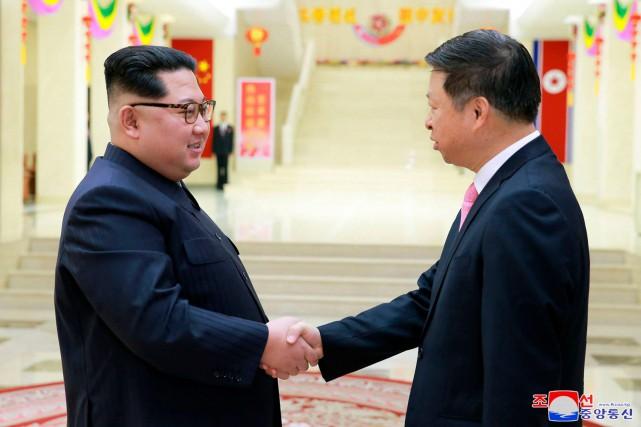 Kim Jong-un et Song Tao.... (Photo Korean Central News Agency/Korea News Service via AP)