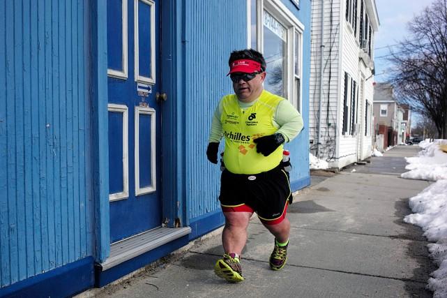John Youngfait en moyenne huit minutes par kilomètre... (PHOTO STEVEN SENNE, ASSOCIATED PRESS)
