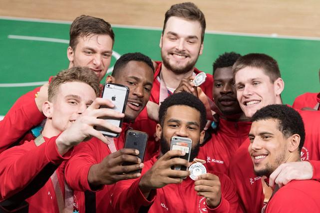 Les joueurs de la formation masculine de basketball... (PHOTO RYAN REMIORZ, LA PRESSE CANADIENNE)