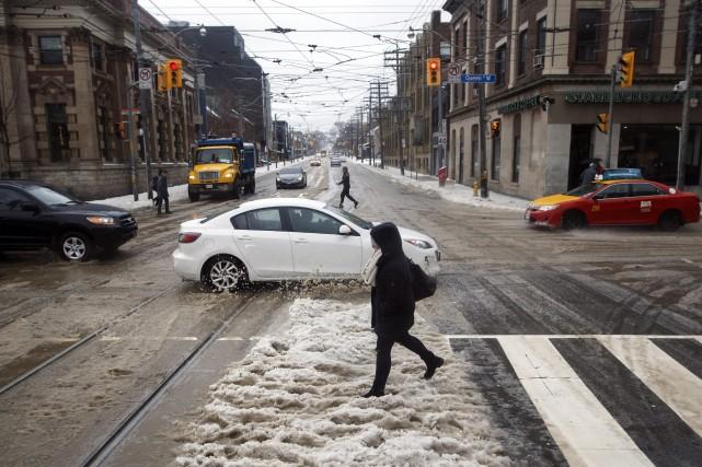 La tempête de verglas qui frappe le sud de l'Ontario depuis samedi a provoqué... (PHOTO PC)