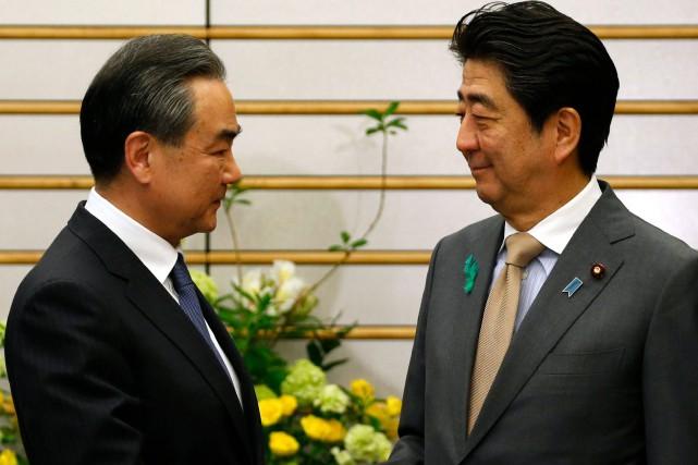 Wang Yi et Shinzo Abe.... (Photo Toru Hanai, Associated Press)