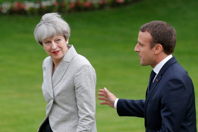 Theresa May et Emmanuel Macron.... (Photo Philippe Wojazer, archives REUTERS)