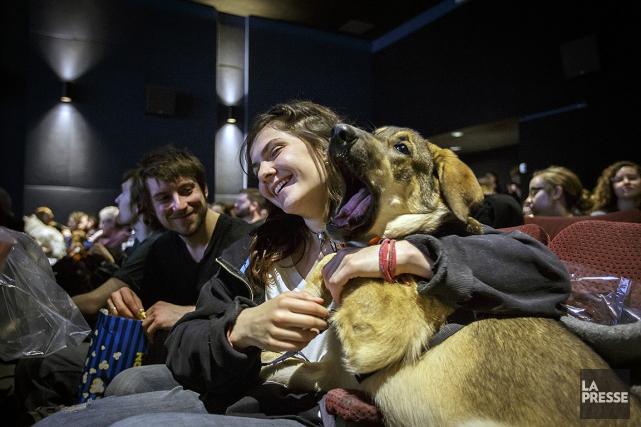 Daphné, sa chienne Jacka et tous les autres... (Photo Olivier Jean, La Presse)