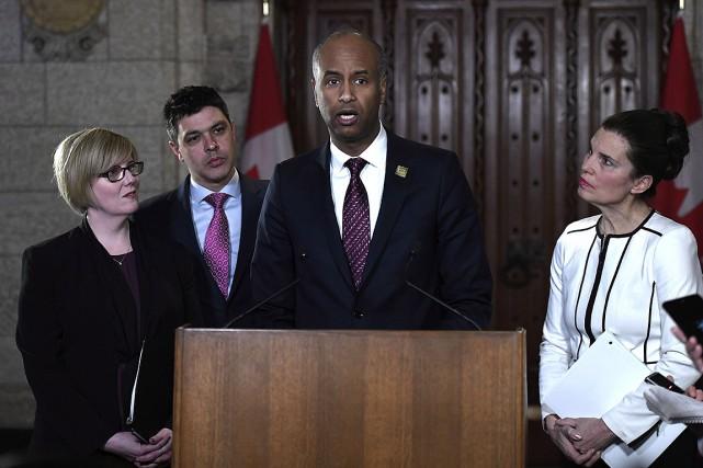 Le ministre de l'Immigration,Ahmed Hussen (au centre), a... (Photo Justin Tang, PC)