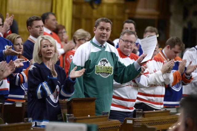 Andrew Scheer avait enfilé un chandail des Broncos.... (Photo La Presse canadienne)