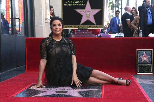 Eva Longoria pose sur son étoile sur leWalk... (PHOTO AP)