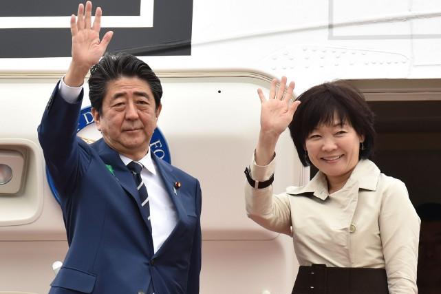 Shinzo Abe et sa femme avant leur départ... (Photo Kazuhiro NOGI, Agence France-Presse)