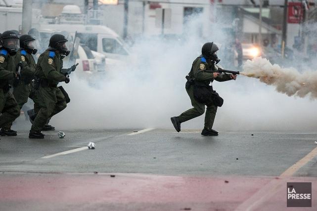 Des policiers en action lors de la manifestation... (Photo Édouard Plante-Fréchette, archives La Presse)