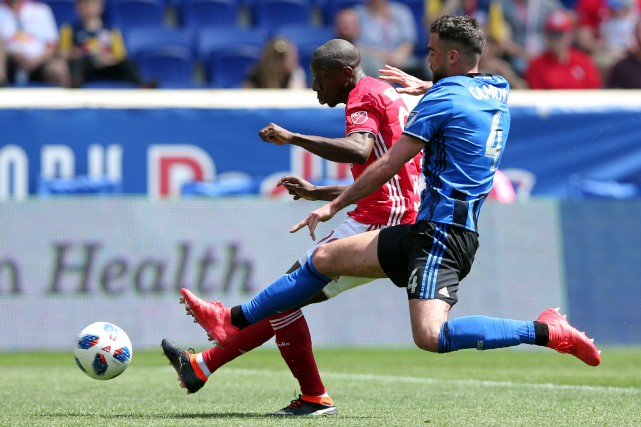 Bradley Wright-Phillips (99), des Red Bulls, et Rudy... (Photo Brad Penner, USA Today Sports)
