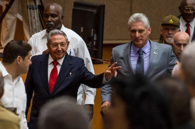 Miguel Díaz-Canel (à droite) succéde à Raúl Castro... (Photo Agence France-Presse)
