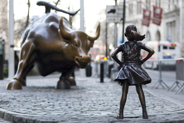 La statue«Fearless Girl» devant celle du«Charging Bull».... (PHOTO MARK LENNIHAN, ARCHIVES ASSOCIATED PRESS)