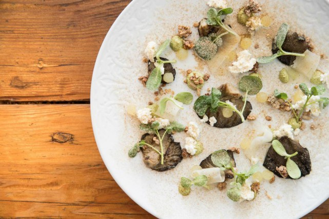 Pleurotes servis avec pommes pressées, poudre de champignon... (Photo Hugo-Sébastien Aubert, La Presse)