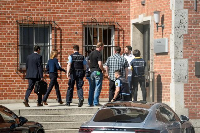 Des policiers entrent dans un bâtiment du constructeur... (photo AFP)
