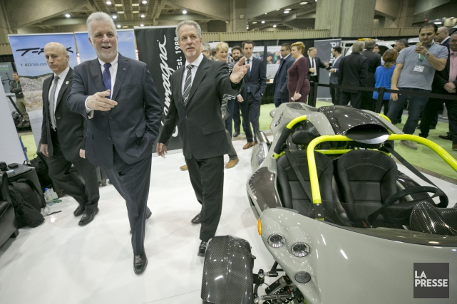 Le premier ministre Philippe Couillard passe devant un... (Photo David Boily, La Presse)