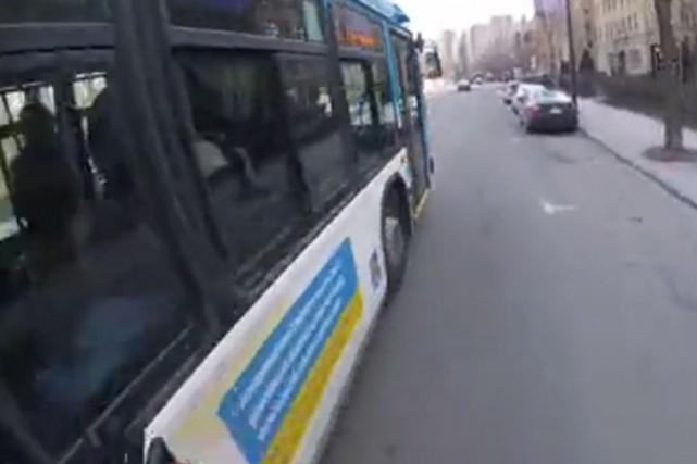 Le chauffeur d'autobus de la Société de transport de Montréal qui a frôlé un... (TIRÉE DE LA VIDÉO SUR YOUTUBE)