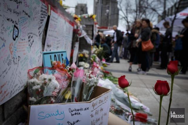 De nombreux Torontois sont allés se recueillir, hier,... (PHOTO OLIVIER JEAN, LA PRESSE)