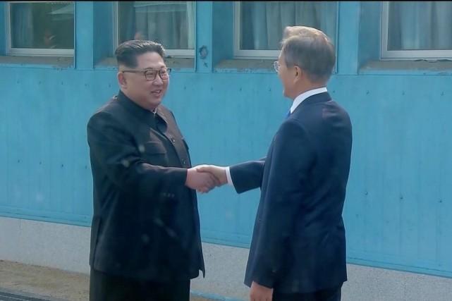Poignée de main historique entre les dirigeants des deux Corées