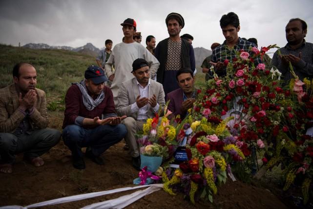 Des proches et amis participaient lundi aux funérailles... (PHOTO AFP)